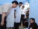 2008年5月26日,中共四川省委书记,四川省人大常委会主任刘奇葆同志(左一)到我院检查抗震救灾工作并看望地震伤员。