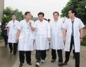 2008年5月22日,中共中央政治局委员,国务院副总理回良玉同志(中)到我院视察抗震救灾工作并看望地震伤员。