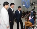 2009年11月6日,广汉市委副书记、代理市长毛君甫(右一)到我院检查工作并看望病员。