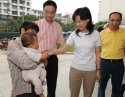 2008年9月23日,时任广汉市委副书记、市长江建军(右二)到我院检查工作并看望患儿。