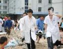 抗震救灾期间,全体医务人员救治地震伤员
